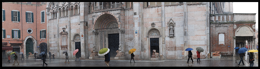 60×15 cm Ombrelli sul sagrato della Cattedrale.